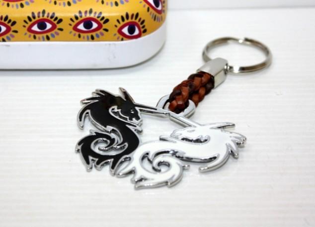 Llavero Dragón Doble Blanco/Negro en Caja Metal